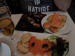 Côtes de porc confites, saumon fumé, tartines de pain grillé frotté de tomate
