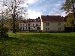 Blick von der Werra auf das Hotel (weißes Gebäude)