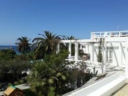 Hotel com muita escadaria , em frente a praia