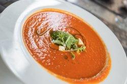 Tomatensoep met pesto en mozzarella