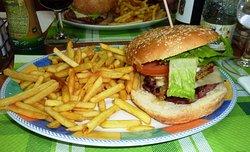 L'énorme burger et son plat de frites