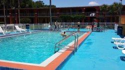 La piscina grande del hotel