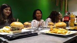 Hamburger, patatine fritte e Cocacola, menù classico per la merenda - cena di neoragazze!