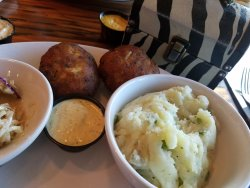 Crab cakes with mashed potatoes