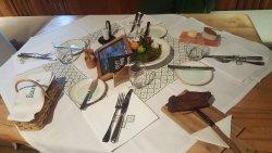 der gedeckte Tisch, Speck und Brot stehen schon bereit