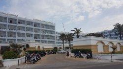 המלון והכניסה לחניה