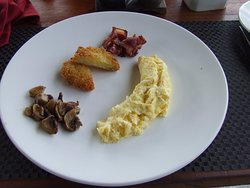 'Gourmet' style breakfast (big plate with little food) :)