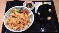 福井へ行ったら白エビをと、JR福井駅隣接のきときと市場とやマルシェ内にある有名店の白エビ亭へ。食券機で白エビ天丼(1,260円)を購入。 普通に美味しかったです。季節柄か、タラの芽の天ぷらも載