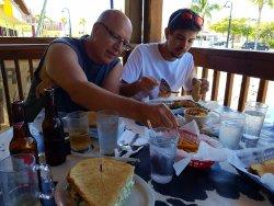 Los sanwichs son tan enormes que debes compartirlos.