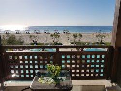 Rare hôtel du genre ; plage et piscine sans route entre !