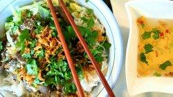 BÚN BÒ NAM BÔ - Vietnamesischer Reisnudelsalat mit angebratenem Rind, frischen Kräutern und h