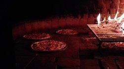 pizzas no forno a lenha