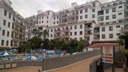 Vista de piscina y zona interior desde el restaurante