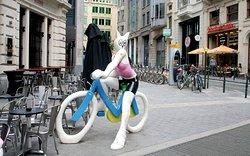 Statue La Chatte a Bicyclette