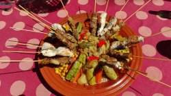 Cus-cus de verduras con pinchos de lubina salvaje y dromedario