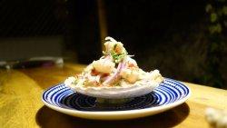 Róbalo marinado en limón, cebolla en plumas, pimentón rocoto y cilantro fresco.