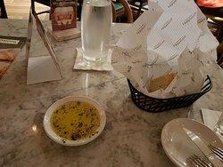 Pão italiano e azeite de ervas finas