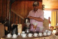 Carlos preparando diferentes tipos de café