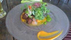 Süßkartoffel-Zucchini-Köfte mit Möhrenstampf auf Basilikum-Zitronen-Pesto