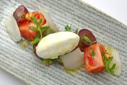 Tomate Monte Rosa, queso de cabra del Pirineo, uvas, avellanas y sorbete de aceite de oliva virg