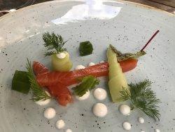 Hausgebeizter Lachs mit Gurke, Dill und Yoghurt
