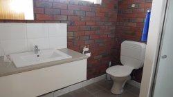 新しい洗面台とトイレ