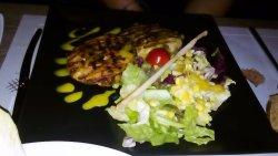 """Μπιφτεκάκια γαλοπούλας (από τη κατηγορία """"διαίτης"""") με πράσινη ανάμικτη σαλάτα"""