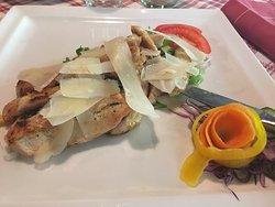 Penne al Pomodoro e petto di pollo con scaglie di grana su letto di verdure