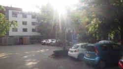 Het hotelcomplex met gratis parkeerplaatsen
