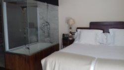cama con vistas de baño y bañera