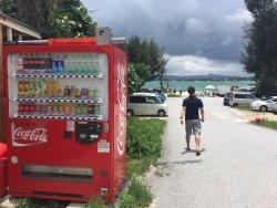 旁邊就有自動販賣機,走過去就是沙灘