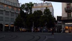 Local do restaurante - atras das arvores (vista da estação Paradeplatz)