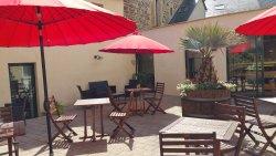 Les salles de restaurant amènent au patio
