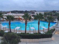 Doskonały hotel. Pokoje piękne, jedzenie super, serwis bdb. Plaża kamienista.