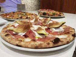 Pizza con fichi locali
