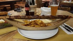 Zigeuner con salsa alla birra, patate prezzemolate, birra hefe weizen a dx, rauch a sx