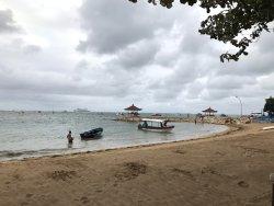 ホテル前のビーチ。遠浅で海藻まみれ。泳いでいる人は皆無。