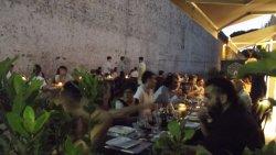 Piacevole cenare la sera lungo le mura del centro storico