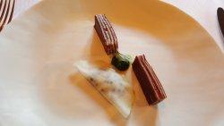 Strate de viande des Grisons, bœuf et bargkass, roquette citronnée, raviole végétale de chou-rav