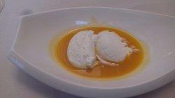 Sopa fría de mango y maracuyá con helado de nata
