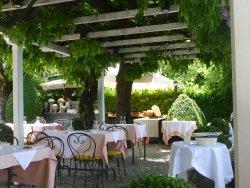 restaurant en terrasse face au lac..très romantique