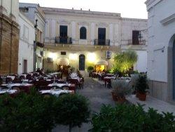 """Veduta esterna della """"piazza"""" che ospita i tavoli esterni del locale"""