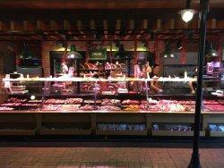 Витрина с мясом длиной 20 метров!