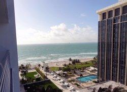 Vista desde el balcon de la habitacion hacia la playa