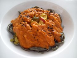 Tallarines de alga espirulina con salsa de tomate y tres pimientos