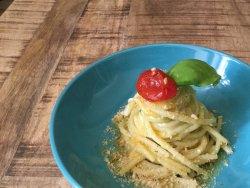 Spaghettoni trafilati al bronzo con pesto di zucchine e pomodorini semidry