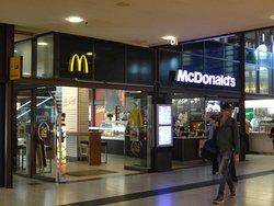 中央駅構内にあるマクドナルドの店は、何といっても便利の一言