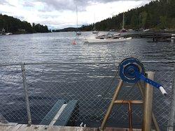 Barcaza de cable con manivela para cruzar a la isla protegida de Brønnøya.