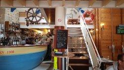 un petit restaurant très sympa sur le port avec un certain charme Marin Breton !!