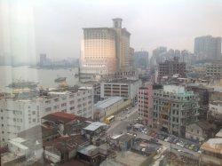 大通りにあるホテルと入江。